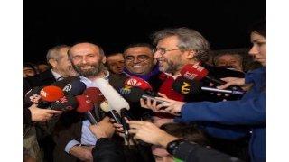 Tutuklu Gazeteciler Can Dündar ve Erdem Gül tahliye edildi