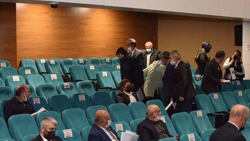 MHP'liler bildiriyi kabul edince AK Partililer salonu terk etti!